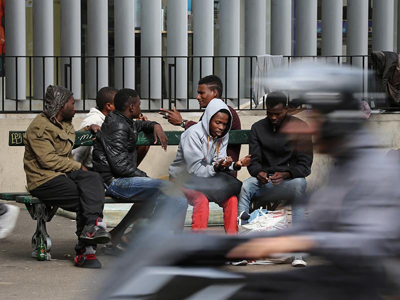 Парижская полиция начала утром 4 ноября операцию по расселению нелегального лагеря мигрантов, расположенного в северной части города