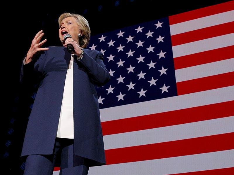 """Преимущество Клинтон в """"ключевых штатах"""" сохраняется, но оно стало меньше за прошедшую неделю, в течение которой СМИ обсуждали возобновление расследования ФБР по поводу использования ей частного почтового сервера"""
