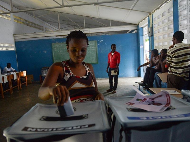 Власти Гаити в преддверии президентских и парламентских выборов приняли жесткие меры безопасности, помимо прочего закрыв границу страны. Кроме того, запрещено ношение оружия, а водителям нельзя подъезжать к избирательным участкам