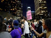В Лос-Анджелесе задержали более сотни протестовавших против Трампа, в том числе человека-стену
