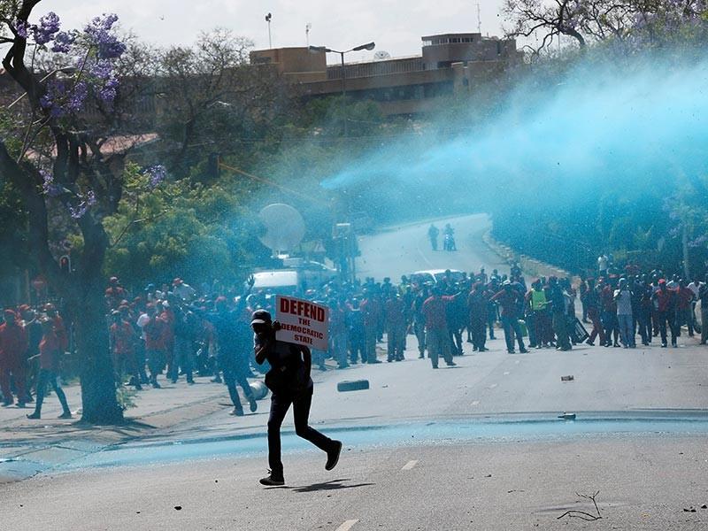 В Претории полиция разогнала водометами и светошумовыми гранатами протестующих, которые направлялись к зданию правительства с требованием отставки президента Джейкоба Зума