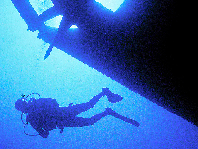 В Австралии 68-летний мужчина пропал без вести, исследуя затонувшее судно SS Yongala у побережья штата Квинсленд, но был обнаружен живым на следующий день в 50 километрах от места погружения