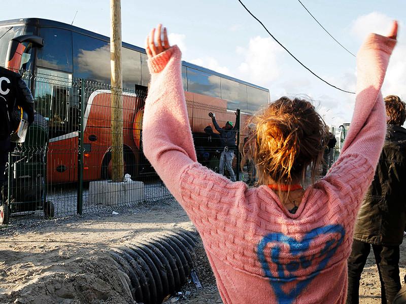 """Французские власти начали вывозить беспризорных детей из лагеря мигрантов в городе Кале. Как сообщает телеканал BFM TV, первый автобус с 43 детьми покинул лагерь, известный как """"Джунгли"""", незадолго до 8:30 по местному времени, за ним последовали другие"""