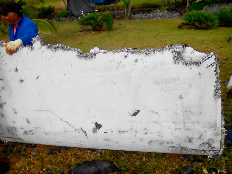 В ходе поисков были найдены несколько обломков, которые, по словам экспертов, могли принадлежать рухнувшему самолету. Первые два обломка обнаружили у побережья Южной Африки и маврикийского острова Родригес