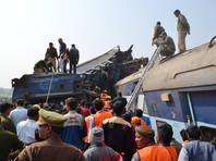 корый поезд Индор - Патна, состоявший из 23 вагонов, потерпел накануне катастрофу в районе станции Пухрайан в 100 км от города Канпура около 03:00 часов (00:30 по Москве), когда большинство пассажиров спали