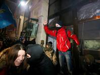 """Радикалы устроили столкновения с полицией в центре Киева и разгромили отделение """"Сбербанка"""""""