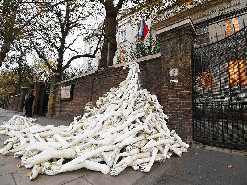 Британские активисты из организации The Syria Campaign возвели инсталляцию из сотен пластиковых рук перед посольством России в столице Великобритании, заблокировав вход в дипломатическое учреждение