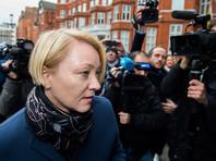 Прокурор Швеции Ингрид Исгрен, прибывшая в посольство, задает ему вопросы через эквадорского прокурора