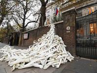 В Лондоне активисты завалили вход в российское посольство сотнями искусственных рук, протестуя против штурма Алеппо
