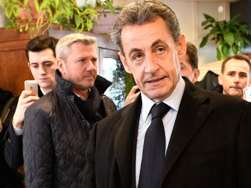 Первые итоги праймериз во Франции оставили Саркози вне президентской гонки