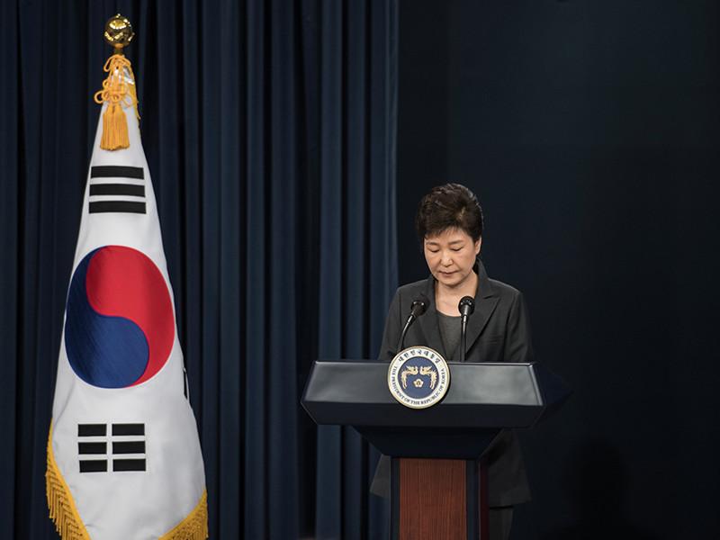 Президент Южной Кореи Пак Кын Хе принесла эмоциональные извинения из-за скандала с ее подругой, которую подозревают в попытках за деньги влиять на решения руководства страны