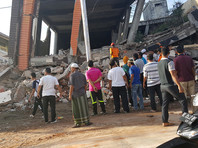 Десятки людей остаются под завалами обрушившихся зданий
