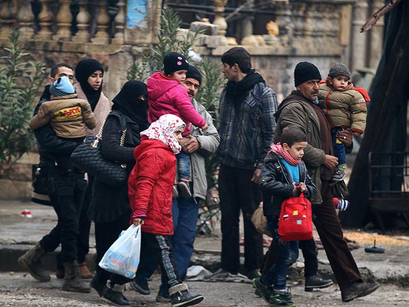 В течение суток из остающихся под контролем боевиков районов Алеппо при содействии российского центра примирения враждующих сторон выведено 5992 мирных жителей, в том числе 2210 детей