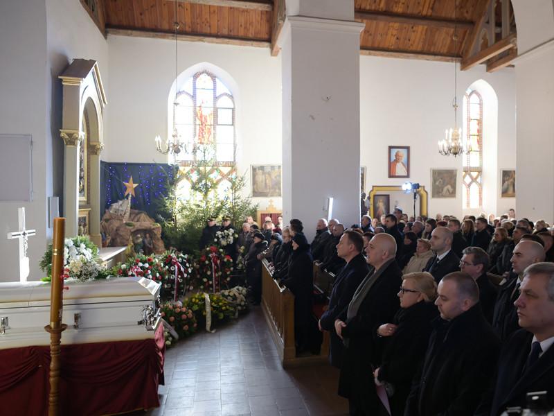 Президент Польши Анджей Дуда посетил похороны польского водителя Лукаша Урбана, погибшего при теракте в Берлине. Траурные мероприятия прошли в пятницу, 30 декабря, в польском селе Бани