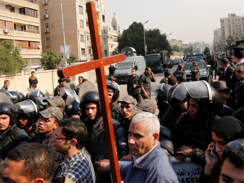 Участник церемонии похорон жертв теракта в коптском храме Каира