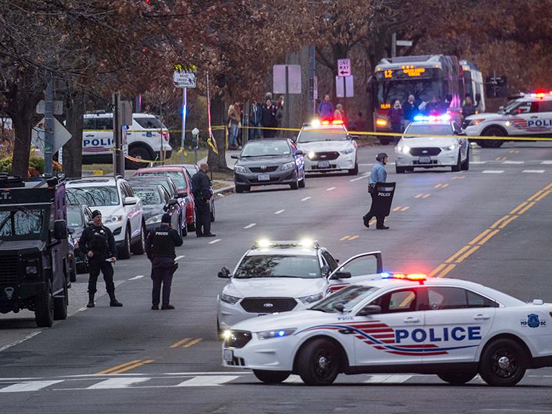 Полиция столицы США Вашингтона арестовала в воскресенье злоумышленника, который со штурмовой винтовкой зашел в пиццерию Comet Ping Pong, расположенную на севере города. В ходе инцидента никто не пострадал