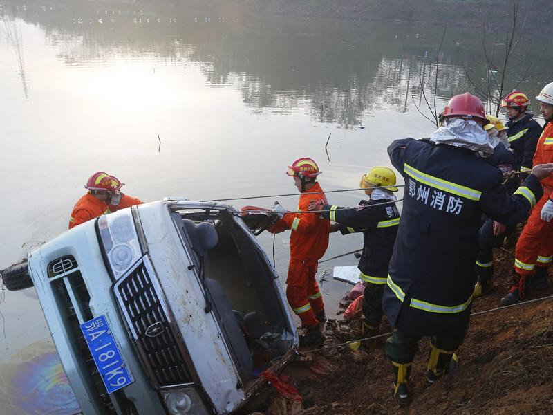 В результате падения автобуса в озеро в Китае погибли 18 человек