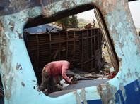 При крушении поезда в Индии два человека погибли, десятки пострадали