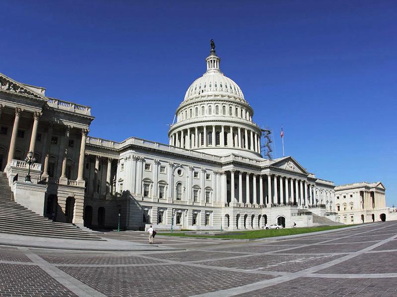 Группа членов сената США от Республиканской и Демократической партий разработали закон, который не позволит президенту страны Дональду Трампу отменить санкции против России