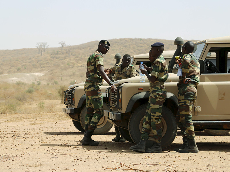 Вооруженные силы Сенегала сконцентрировались вблизи государственной границы с Гамбией и пригрозили вторгнуться на территорию соседнего государства в полночь по местному времени, если до этого времени президент Гамбии Яйя Джамме не покинет свой пост