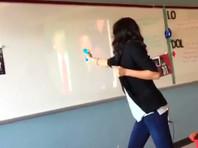 """В Техасе школьная учительница из водного пистолета """"расстреляла"""" Трампа во время инаугурации"""