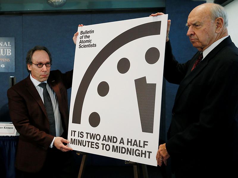 """Стрелки """"Часов Судного дня"""", показывающие вероятность угрозы глобальной катастрофы, из-за высказываний президента США Дональда Трампа о ядерном оружии передвинуты на 30 секунд ближе к """"полуночи"""" - на 23:57:30"""