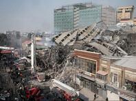 Во время обрушения десятки пожарных боролись с огнем внутри небоскреба. По мнению местных чиновников, под обломками могут находиться от 50 до 100 человек