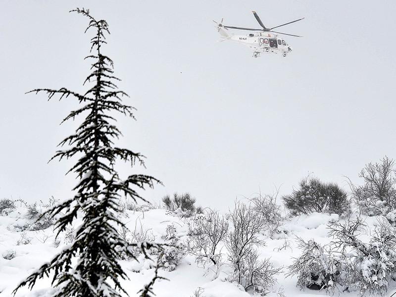В центральной Италии разбился спасательный вертолет, передает Reuters. На борту, предположительно, могли находиться шесть человек
