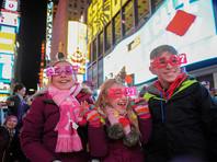 В Нью-Йорке спуском хрустального шара на Таймс-сквер встретили Новый 2017 год