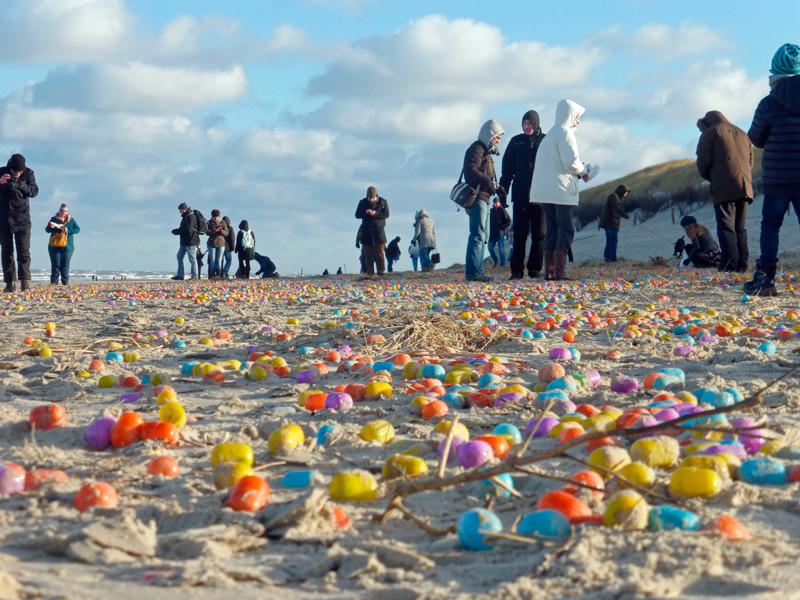 На берег немецкого острова выбросило десятки тысяч пластиковых яиц с игрушками