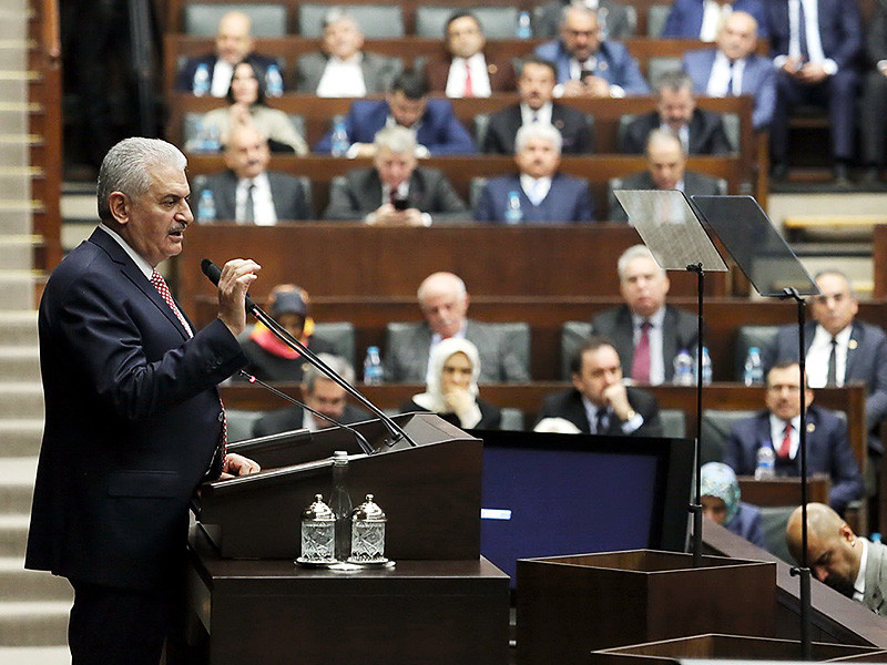 Турецкий парламент увеличил срок действия режима чрезвычайного положения, который был введен в стране минувшим летом при попытке захвата власти военными, сообщает AFP. Особый порядок работы государственных органов сохранится еще на 90 дней, начиная с 19 января