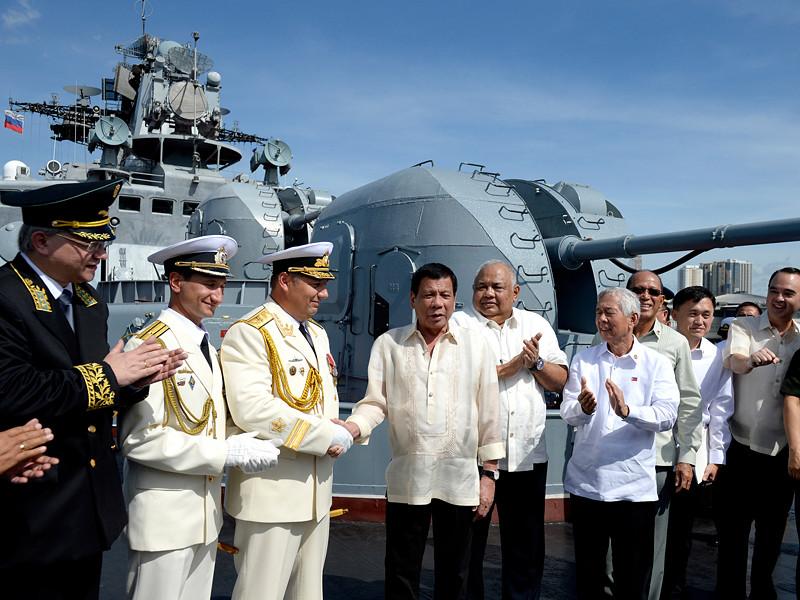 """Президент Филиппин Родриго Дутерте осмотрел в пятницу, 6 января, большой противолодочный корабль ВМФ России """"Адмирал Трибуц"""", который в данный время находится в порту Манилы"""