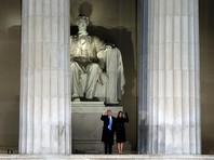 После прибытия на концерт Трамп отдал честь памятнику Линкольна и вышел к присутствующим, держа за руку свою жену Меланию. В конце он еще раз позировал у постамента со всей своей семьей