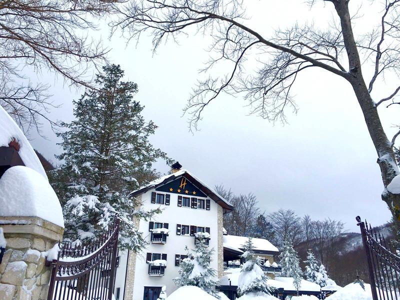 В Италии снежная лавина накрыла здание отеля