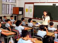В Китае изобрели уникальный способ борьбы со списыванием в школе - шляпы из дырявых газет