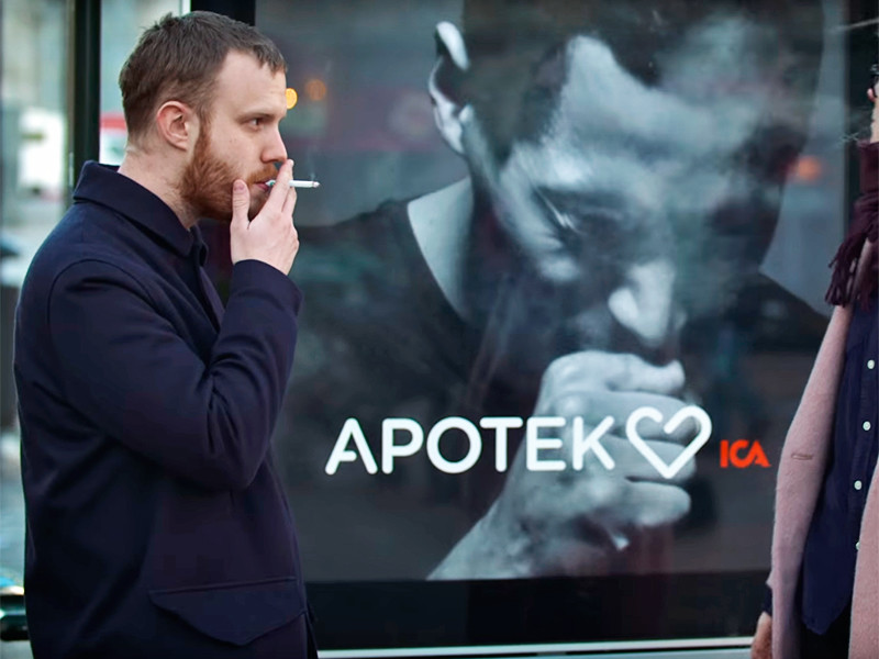 """В Швеции появилась """"живая"""" реклама, отвечающая кашлем на появление курильщиков"""