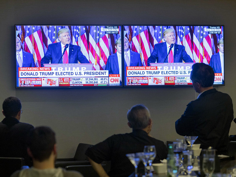 Американские спецслужбы перехватили телефонные разговоры российских чиновников после выборов в США 8 ноября 2016 года, в ходе которых те поздравляли друг друга с результатами голосования