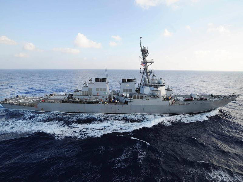 Американский эсминец ВМС США, находясь в Ормузском проливе, сделал три предупредительных выстрела в сторону иранских катеров