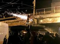 """В Киеве частично обрушился мост. Кличко: """"Он устал от времени"""""""