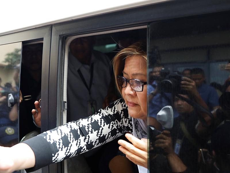 Полиция Филиппин арестовала сенатора Лейлу де Лиму, которая выступает с активной критикой методов борьбы президента страны Родриго Дутерте с наркотиками