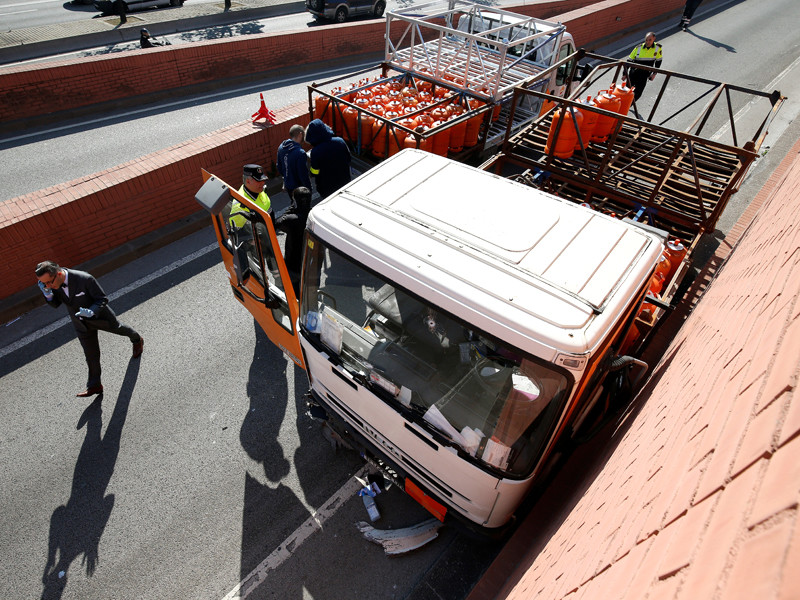 В Барселоне полиция открыла огонь по грузовику, ехавшему в центр города по встречке