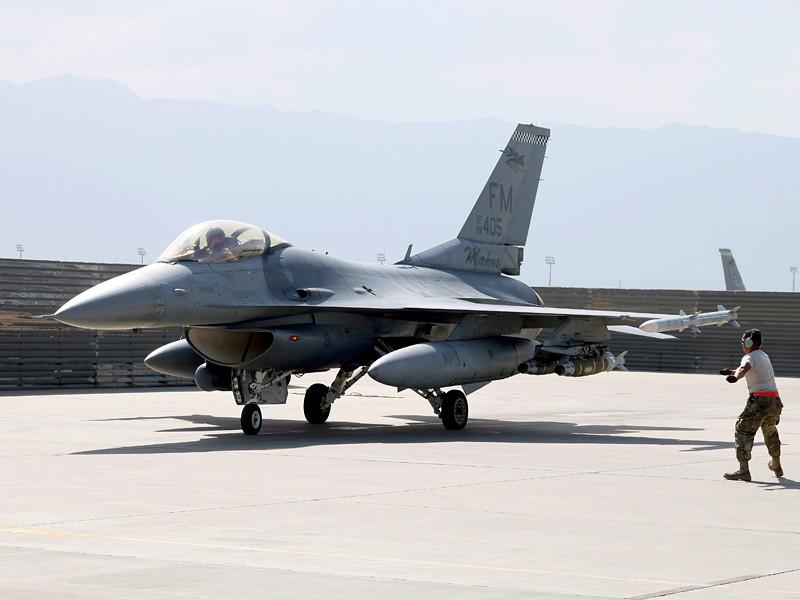 """На американской авиабазе ВВС США Холломан в штате Нью-Мексико истребитель F-16 по ошибке выпустил ракету класса """"воздух-земля"""""""