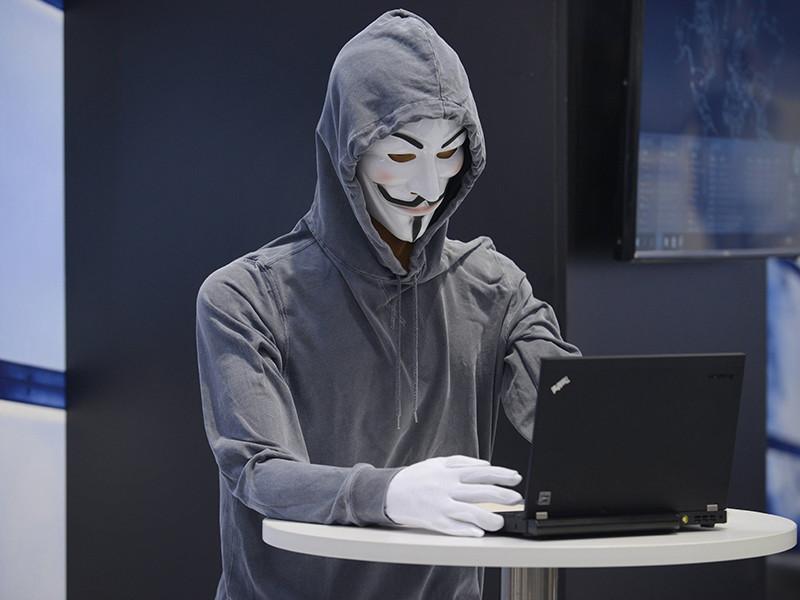 """На фоне громких арестов представителей хакерской группировки """"Шалтай-Болтай"""" журналистам удалось отыскать последнего участника группы, оставшегося на свободе"""