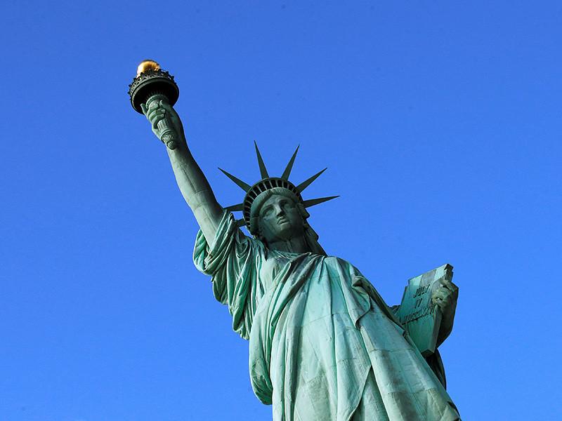 Группа неизвестных вывесила на статуе Свободы в Нью-Йорке баннер в защиту мигрантов. Полиция города начала розыск организаторов акции