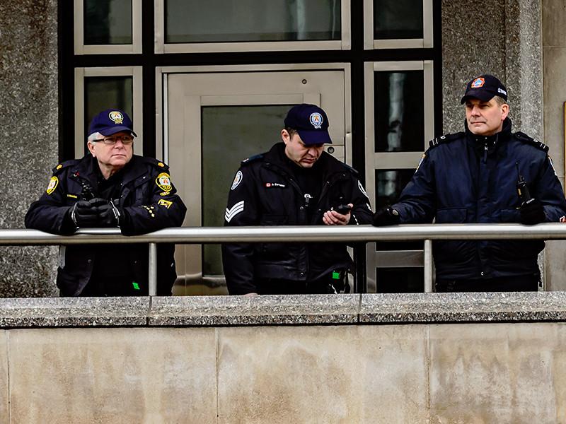 Канадская полиция заявила об усилении нарядов на границе с США в провинции Квебек, а пограничники создали временный центр, чтобы обслужить возросшее число беженцев, ищущих убежища
