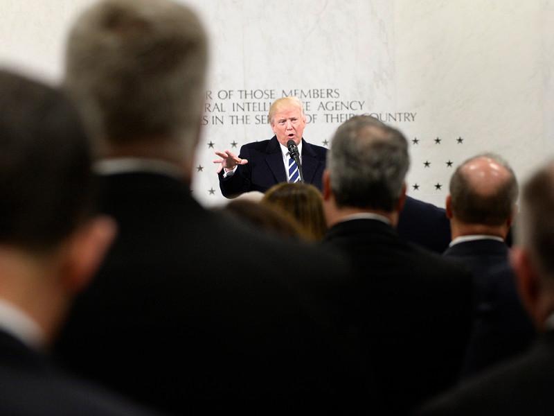 Представители американских спецслужб скрывали от президента США Дональда Трампа некоторые секретные сведения государственной важности, опасаясь, что они могут быть похищены или стать достоянием общественности, сообщает The Wall Street Journal