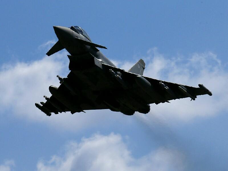 Британские власти подняли в воздух четыре истребителя постоянной готовности королевской авиации на на перехват двух российских бомбардировщиков
