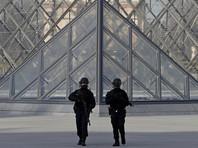 """В пятницу мужчина напал на военный патруль у входа в подземный торговый центр """"Карузель"""", расположенный рядом с парижским музеем Лувр"""