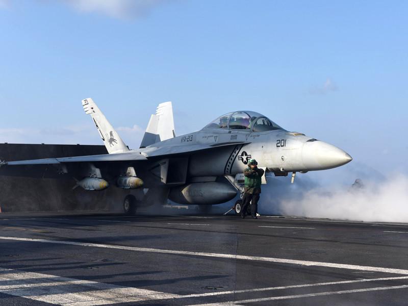 """Американский авианосец """"Джордж Буш"""" (George H.W. Bush) начал наносить удары по позициям запрещенного в России """"Исламского государства"""", сообщается на сайте Центрального командования Вооруженных сил США"""