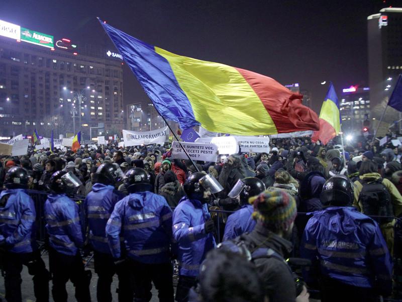 Сотни тысяч румын вышли на улицы из-за планов сжалиться над чиновниками-коррупционерами